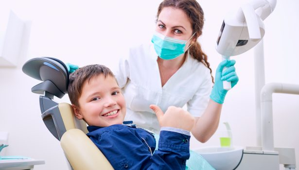 Zaawansowana erozja zębów u dzieci; fot. istockphoto